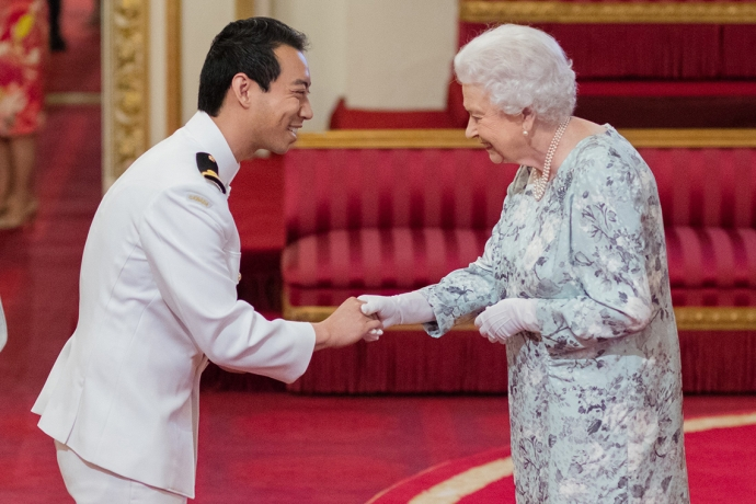 Keving Vuong greets Her Majesty, the Queen